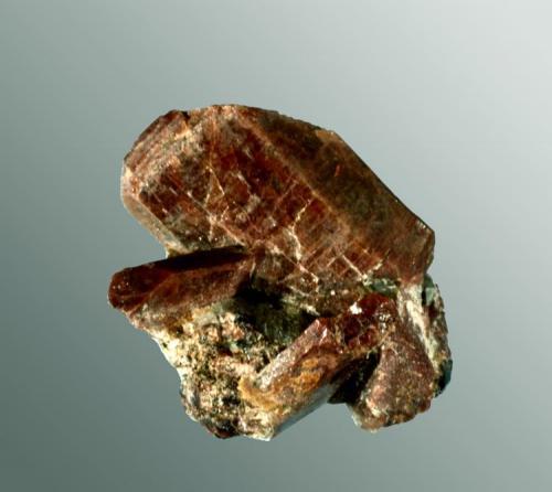 Monazita-(Ce) Rostadheia, Iveland, Telemarken, Noruega. Agregado de dos cristales prismáticos aplanados en matriz (ejemplar de 1966). 1,7 x 1,6 x 1,7 cm. / cristal pral.: 1,6 x 1,1 x 0,5 cm. (Autor: Carles Curto)
