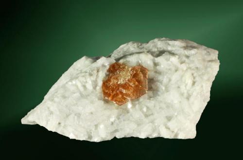 Bastnäsita + dolomita Luzenac, Ariège (dept.), Midi-Pyrénées (reg.), Francia. Trimouns (m). Agregado de cristales laminares en dolomita blanca (ejemplar de 1989). 4,4 x 3,9 x 2,1 cm. / cristal: 1,0 x 1,0 x 0,2 cm. (Autor: Carles Curto)