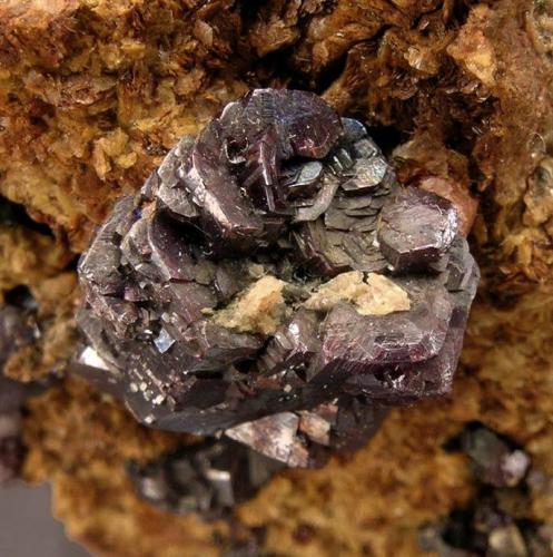 Pirargirita en Siderita Annaberg, Erzgebirge, Sajonia, Alemania Ex colección Folch duplicados Tamaño de la pieza: 4.3 × 3.9 × 2.5 cm. Tamaño de la roseta: 1.4 × 1.1 cm. Foto: Minerales de Referencia (Autor: Jordi Fabre)