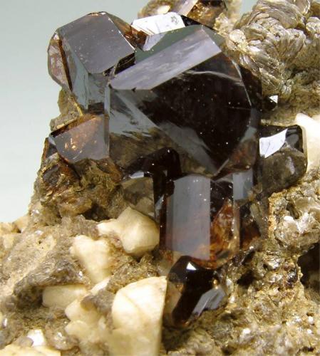Casiterita Merekski, Burea Massif, Khabarovskiy Kray, Rusia  Tamaño de la pieza: 4.9 × 4.2 × 4.8 cm. El cristal más grande mide: 1.3 × 1 cm. Colección Silvane Foto: Minerales de Referencia (Autor: Jordi Fabre)