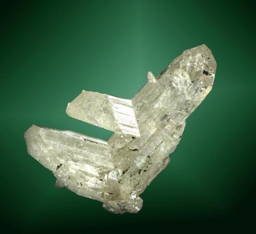 Cerusita Tsumeb, Tsumeb (constituencia), Otavi (mts.), Oshikoto (región), Namibia. Tsumeb (m). 4,4 x 3,3 x 2,1 cm. (ejemplar) Agregado (macla) flotante de tres cristales hialinos (cristal pral.: 3,9 x 2,1 x 1,6 cm.). Ejemplar de 1973. (Autor: Carles Curto)