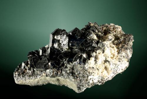 Casiterita Huanuni, Dalence (prov.), Oruro (dept.), Bolivia. Comibol (m). 6,7x 3,5 x 3,5 cm. Cristales prismáticos negros en matriz, con pirita. Ejemplar de 1987 (Autor: Carles Curto)