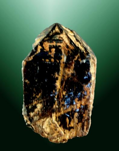 Casiterita Navasfrías, El Rebollar, Salamanca, Castilla y León. Talmantina (m). 2,1 x 1,3 x 1,0 cm. Cristal prismático formado por el prisma y la pirámide, con plano de macla vertical muy marcado. Ejemplar de 1971 (Autor: Carles Curto)