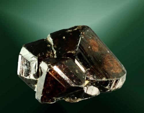Casiterita Lumbrales, Vitigudino, Salamanca, Castilla y León. Mari Tere (m). 2,4 x 1,5 x 2,1 cm. Cristal maclado marrón, translúcido, sobre una pequeña matriz de moscovita. Ejemplar de 1968 (Autor: Carles Curto)