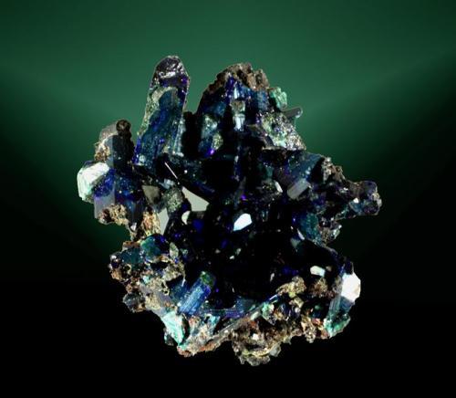 Azurita Tsumeb, Tsumeb (constituencia), Otavi (mts.), Oshikoto (región), Namibia. Tsumeb (m). 3,2 x 3,2 x 2,1 cm. (ejemplar) / 1,5 x 0,6 x 0,4 cm. (cristal pral.) Agregado de cristales prismáticos elongados, translúcidos. Ejemplar de 1985. (Autor: Carles Curto)
