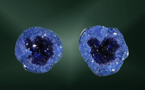 Azurita Globe, Globe-Miami (dist.), Gila Co., Arizona, EUA. Blue Ball (m). 1,6 x 1,4 x 1,1 cm. (mitad mayor) / 1,4 x 1,4 x 0,8 cm. (mitad menor) Dos mitades de un nódulo con cristalización geódica. Ejemplar de 1980 (Autor: Carles Curto)