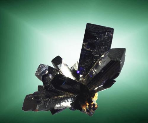 Azurita Touissit, Oujda-Angad (pref.), L'Oriental (wilaya), Marruecos. Zelidja (m). 1,6 x 1,6 x 1,1 cm. (ejemplar) / 1,1 x 0,6 x 0,3 cm. (cristal pral.) Agregado de cristales prismáticos muy perfilados. Ejemplar de 1979 (Autor: Carles Curto)