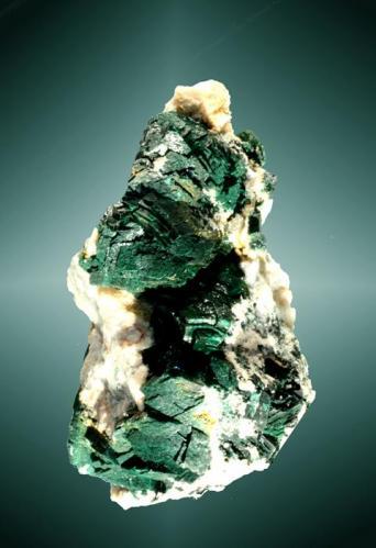 Malaquita Rudabánya, Rudabányai (mts.), Borsod-Abaúj-Zemplén, Hungria. 4,7 x 2,8 x 2,7 cm. (ejemplar) / 1,0 x 0,8 x 0,7 cm. (cristal pral.) Agregado paralelo de cristales equidimensionales (malaquita primaria) con ligeras curvaturas en caras y aristas, en matriz de cuarzo, con calcita. Ejemplar de 1966 (Autor: Carles Curto)