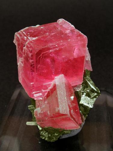 Rodocrosita con Tetrahedrita y Cuarzo Corner Pocket, Watercourse Raise, Mina Sweet Home, Alma, Colorado, USA Tamaño de la pieza: 4 × 2.8 × 2.5 cm. El cristal más grande mide: 1.5 × 1.5 cm. Foto: Ejemplares de Referencia (Autor: Jordi Fabre)