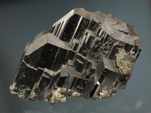 Ferberita Panasqueira, Portugal. 14 x 8 x 7,5 cm MGB 11384 Crecimiento paralelo de cristales prismáticos cortos, con la base recubierta por siderita. Col. Cervelló Foto: Joan Rosell Riba (Autor: Carles Curto)