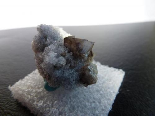 Scheelita en Cuarzo Ouray, Colorado, USA 3 x 2 cm. pieza, 0,5 cm. la Scheelita (Autor: javier ruiz martin)