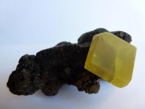 Azufre Nativo (Bituminoso) Agrigento, Agrigento Provincia, Sicilia, Italia 5 x 4 la pieza, 2 x 1,5 el cristal de azufre (Autor: javier ruiz martin)