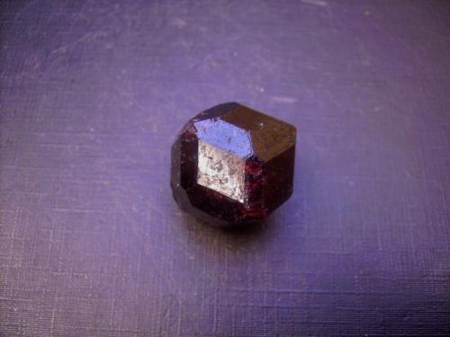 Almandino Bella Vista Mine, Mitkof Island, Wrangell-Petersburg borough, Alaska, EEUU 2,2 x 2 cm. Este cristal está formado por rombododecaedros {110} biselados, es decir, modificados por el traezoedro {211}. Hay en el yacimiento formas más complejas, trapezoedros modificados, de los que no dispongo. (Autor: Antonio Alcaide)