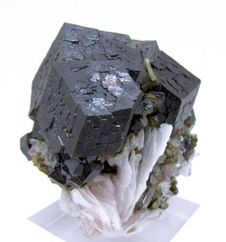 Andradite, Barite, quartz Huanggang Mine, Hexigten Banner, Ulanhad League,  Chifeng Prefecture, Inner Mongolia, China 76 mm x 70 mm x 56 mm (Author: Carles Millan)