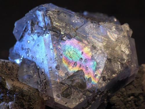 Una irisacion de la misma fluorita cuando refleja la luz Cantera Cillarga 2668, Ponteareas, Pontevedra, Galicia 2cm x 1,5cm x 1,5cm el cristal (Autor: Javier MC)