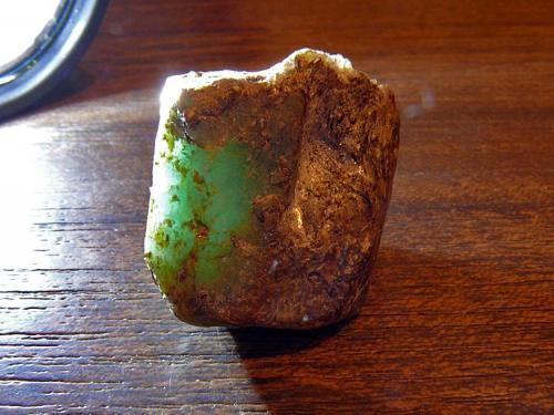 Berilo variedad esmeralda, prueba de opacidad A Franqueira, Pontevedra, Galicia 2,5cm x 2cm x 2cm Otra con luz posterior para ver el grado de translucidez del cristal (Autor: Javier MC)