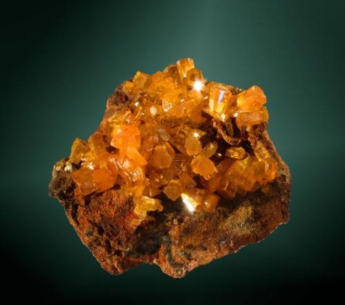Mimetita Pingtouling, Zhaigang (distr.), Liannan Yao, Guandong, China. Dashuihu (Pingtouling) (m). 4,7x4,3x3,4 cm. / 0,6x0,5x0,4 cm. (cristal pral.) Cristales prismático cortos, de color amarillo-naranja, con zonaciones geométricas del color, en matriz. Ejemplar de 2007 MINDAT ID: 336485 (Autor: Carles Curto)