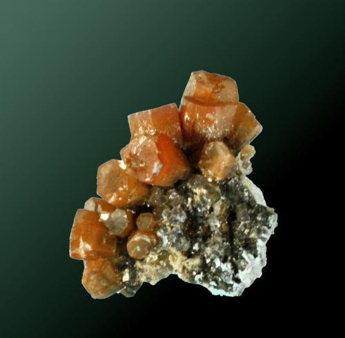 Mimetita Trewellard, St. Just (dist.), Cornwall, Inglaterra, Reino Unido. Unity (Wheal Unity) (m). 1,3x1,9x1,2 cm. / 0,5x0,4x0,3 cm. (cristal pral.) Cristales prismáticos de formas sencillas, de color marrón rojizo, en matriz. Ejemplar obtenido en 1983.  MINDAT ID: 219943 (Autor: Carles Curto)