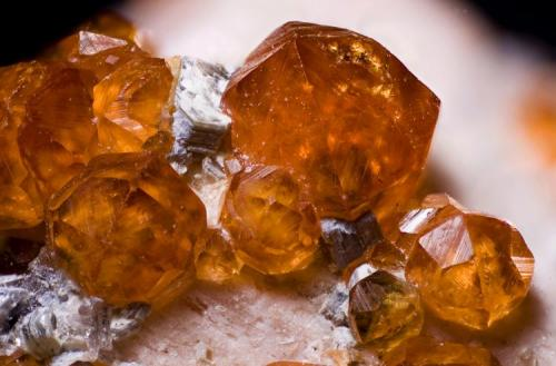 Spessartina (Espesartina) Fujian, China Cristal mayor 3,8 mm Sobre ortosa con pequeños cristales de mica ¿moscovita? (Autor: MMorales)