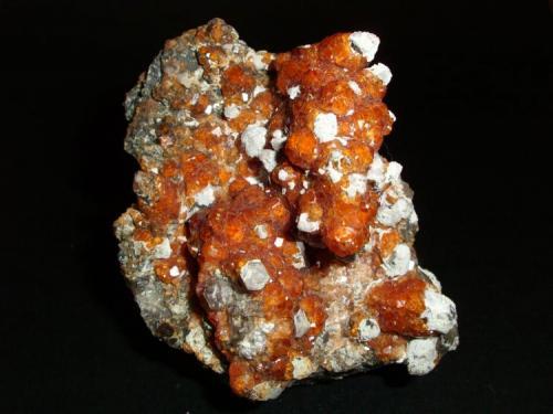 Spessartina (Espesartina) (Granate) sobre Cuarzo y matriz de Ortosa Tongbei, Yunxiao Co., Zhangzhou, Fujian, China 9.8 x 9.7 x 5.3 cm (Autor: Daniel Olivares)