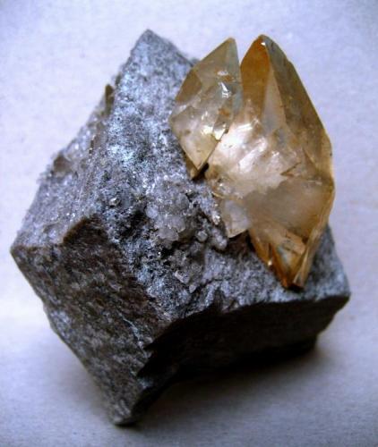 Calcite Elmwood mine, Carthage, Smith Co., Tennessee, USA 100 x 90 x 50 mm, main crystal 50 mm (Author: Tobi)