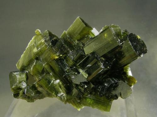 Vesuvianita Bellecombe, Châtillon, Val d'Aosta, Italia Tamaño de la pieza: 4.2 × 2.7 × 2 cm. El cristal más grande mide: 1.4 × 0.7 cm. Foto: Minerales de Referencia (Autor: Jordi Fabre)