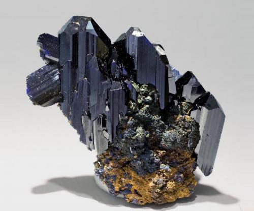 Azurita Touissit, Oujda, Marruecos Tamaño de la pieza: 5.8 × 5.4 × 2.2 cm El cristal más grande mide: 3.2 × 1.7 cm Encontrada entre Mayo-Junio de 1979 Foto: Minerales de Referencia (Autor: Jordi Fabre)