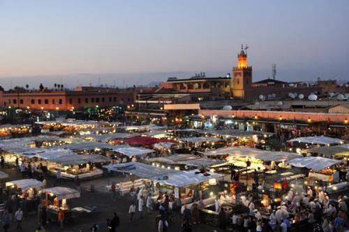 Ambiente nocturno en Jemaa el Fna, la plaza mayor de Marrakech. Fot. T. Praszkier. (Autor: Josele)