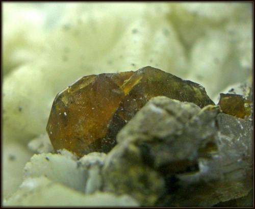 Titanita sobre Prehnita Cantera cabezo Negro - Abarán - Murcia - España 3 x 4 cm - cristal 1 cm (Autor: Mijeño)