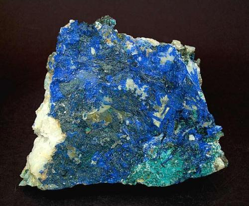Linarita Goulmina, Er Rachidia, Marruecos Tamaño de la pieza: 10.5 × 8 × 4 cm. El cristal más grande mide: 2.5 × 0.2 cm. Encontrada el año 2003 Foto: Minerales de Referencia (Autor: Jordi Fabre)