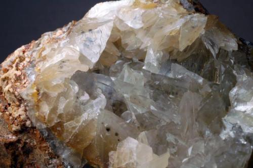 Calcita , Goethita dentro de los cristales Cantera Majil - Llanos de Alva - La Robla - León - Comunidad de Castilla y León - España 75 x 70 x 55 mm Detalle (Autor: Joan Martinez Bruguera)