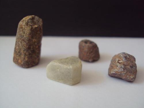Corindón Madagascar Mayor 1 x 2 cms - Menores 0,5 x 1 cms Grupo de corindones (Autor: Ismael_Mendoza)
