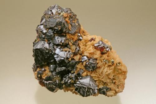 Esfalerita, Dolomita y Pirita Mina Troya, Mutiloa, Beasain, Guipúzcoa. 70 x 60 mm, cristal 20 mm (Autor: JRG)
