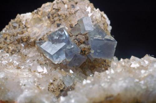 Fluorita azul Mines de Sant Marçal - Montseny - Viladrau - Osona - Girona - Catalunya - España 65 x 45 x 30 mm Cristal mayor 4 mm Detalle (Autor: Joan Martinez Bruguera)