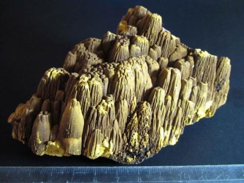 Limonita 12 x 7 cm. Mina Trinidad, Benalmádena, Málaga, Andalucía, España Las formaciones columnares miden 3 cm. (Autor: prcantos)
