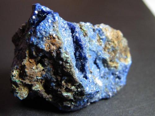 Azurita Mina Liufengshan, Guichi, Chizhou, Anhui, China 4 x 2'5 cm. Azurita masiva de intenso color azul (a veces morado) con algunas manchas verdes de malaquita.  En la grieta enfocada en el centro de la imagen se parecian pequeños cristales. (Autor: prcantos)