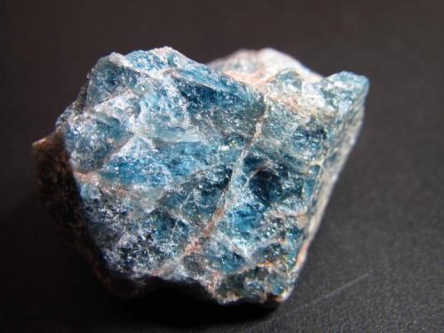 Apatito Brasil 3x3 cm. Apatito azul, agregado cristalino. (Autor: prcantos)