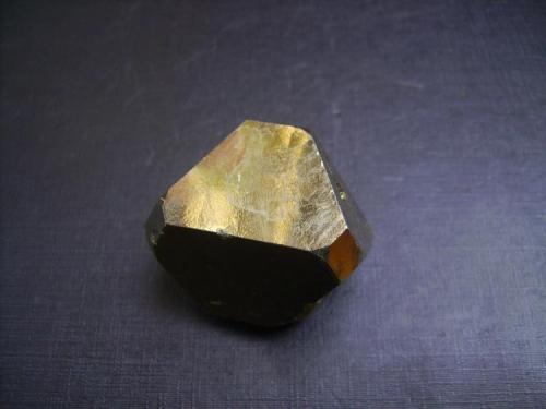 Pirita Mina Huanzalá, Distrito de Huallanca, Provincia Dos de Mayo, Departamento de Huanuco, Perú 4 x 3,5 x 3,5 cm. Cristal flotante de pirita con predominio de las caras del octaedro (Autor: Antonio Alcaide)