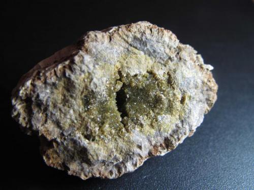Anapaita Bellver de Cerdanya, Lérida, Cataluña, España 3'5 x 2'5 cm. Mitad de un nóculo fosfatado elipsoidal que incluye cristales en la vacuola central. (Autor: prcantos)