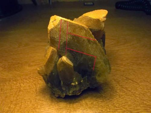 """Barita Mina Barega, Gonnesa-Carbonia, Iglesias, Cerdeña, Italia 8 x 7,5 x 7 cm. Indicación sobre el cristal principal de las direcciones de exfoliación según m {210}, lo que leo en el Sinkankas como: """"la exfoliación según m {210} aparece como una red en zigzag de fisuras parcialmente desarrolladas, reflectantes y en ángulo recto respecto a las más abiertas caras c {001}"""". Curiosamente leo en el Manual de Dana que la exfoliación es perfecta según c, y sólo pobre según m. (Autor: Antonio Alcaide)"""