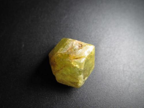 Andradita-grosularia Sandaré, Nioro du Sahel Circle, Kayes Region, Malí 1'5 x 1'6 cm. Medio cristal (en la foto se ve la parte superior con las caras cristalinas). (Autor: prcantos)