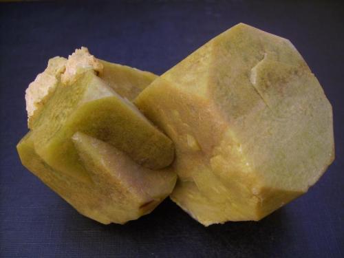 Apofilita-(KF), estilbita-Ca Nasik, Maharashtra, India 10 x 6 x 6 cm Grupo de cristales de apofilita con inclusión de clorita que les da la opacidad. (Autor: Antonio Alcaide)