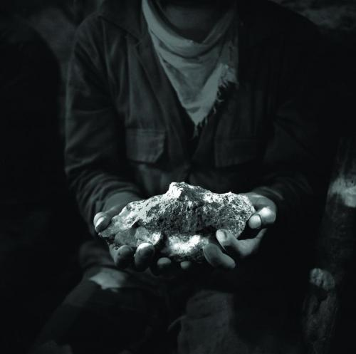 """Sampling of the mineral. San Juan Pachuca Mine, Pachuca, Hidalgo, Mexico (1988)  Author: Marco Antonio Hernández Badillo from the book """"Entre la tierra y el aire"""". Edition: Archivo Histórico y Museo de Minería, A.C. www.distritominero.com (Author: Jordi Fabre)"""