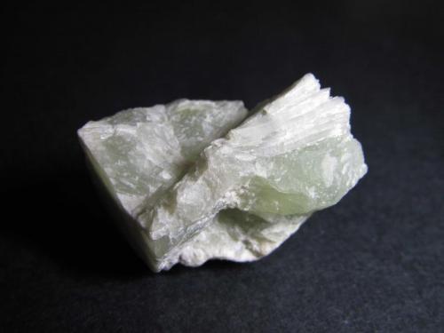 Jadeíta China 3'5 x 2 cm. Jadeíta masiva, un componente característico de rocas de alta presión por descomposición de la albita:  albita -> jadeíta + cuarzo (Autor: prcantos)