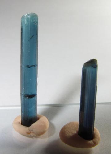 Indicolita (miembro del grupo de la turmalina) Afganistán 20 x 3 mm. el cristal mayor; 15 x 5 mm. el otro. Por desgracia el cristal más largo se fracturó cerca de la base y tuve que pegarlo yo mismo (se nota un poco). (Autor: prcantos)