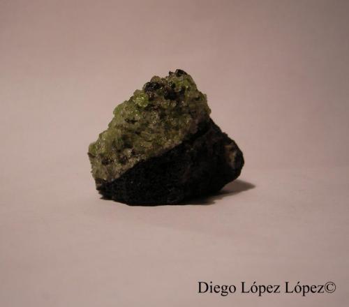 Forsterita (variedad Olivino) Lanzarote, Islas Canarias, España largo 2.5 cm , ancho 3.5 cm , alto 3 cm  En esta foto sí se puede observar la escoria basáltica y el olivino. (Autor: DiegoToledo)