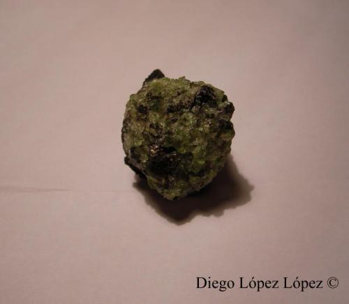 Forsterita (variedad Olivino) Lanzarote, Islas Canarias, España largo 2.5 cm , ancho 3.5 cm , alto 3 cm  Cara en la que se ve el propio olivino , no se observa la escoria basáltica , pero la hay (Autor: DiegoToledo)