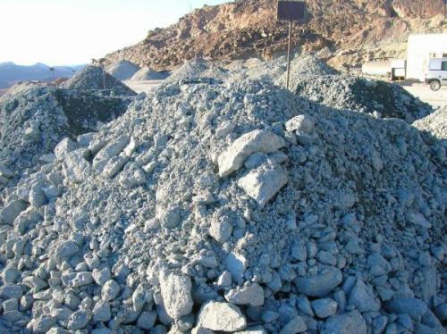 Diferentes acopios de minerales de distinta ley y calidad, que se mezclan en la entrada de trituración (Autor: Gonzalo Garcia)