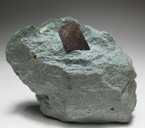 Magnetita Diamantina, Jequitinhonha Valley, Minas Gerais, Brasil 7 x 5,5 x 3 cm Octaedro de 1,3 cm sobre matriz procedente de una clásica localidad (Autor: Antonio Alcaide)