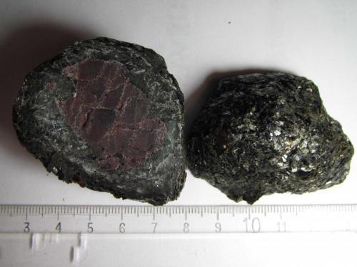 Biotita y granate India 4 x 5 cm. (la sección) x 4 cm. (grosor total) Bolo ovoidal de 4 x 4 x 5 cm. cortado en dos mitades. (Autor: prcantos)